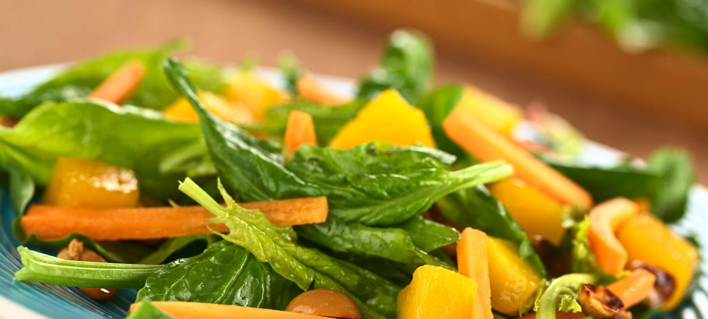 Ricetta carote e mango su letto d'insalata